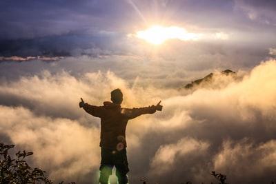 山の頂上 雲の上 男性
