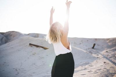 砂漠 女性 両手を上げる