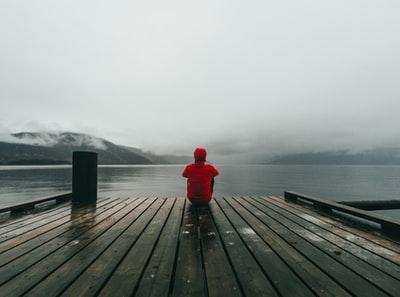 赤い服 男性 湖 眺める