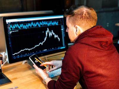男性 パソコン グラフ 操作