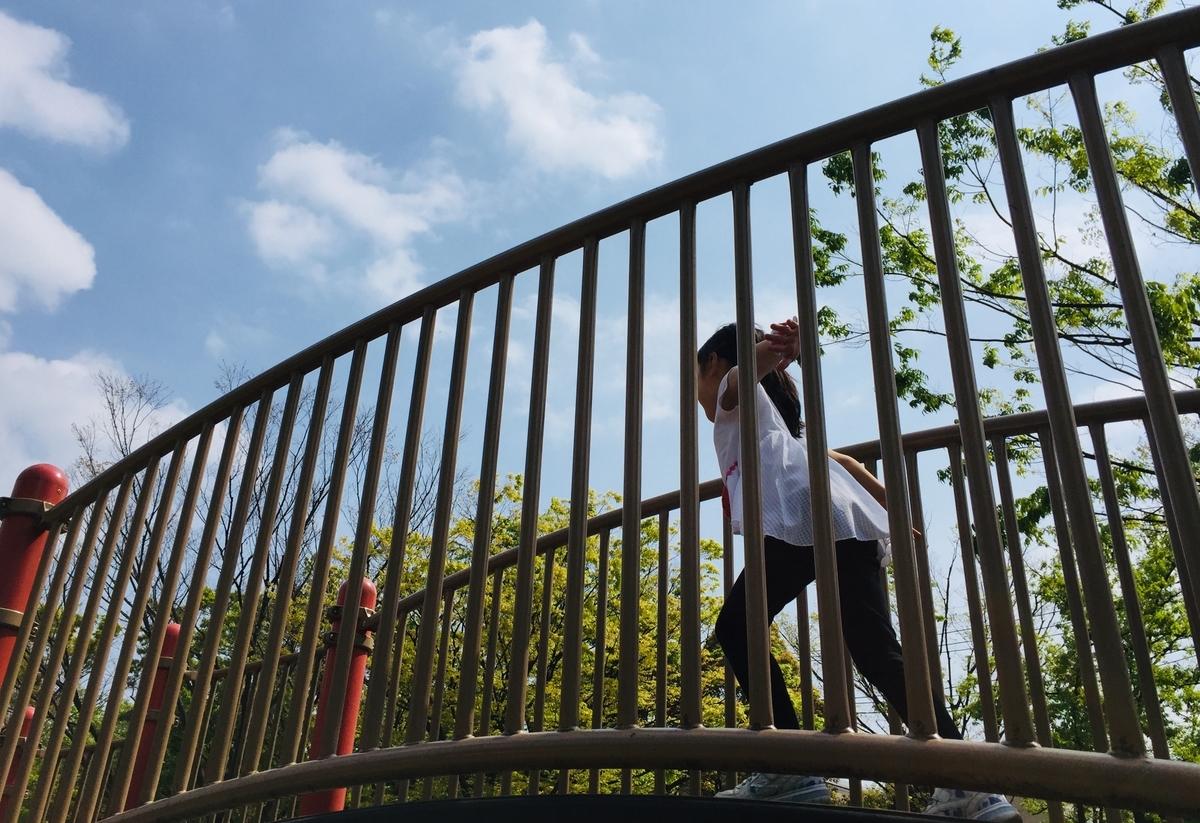 橋を駆ける長女