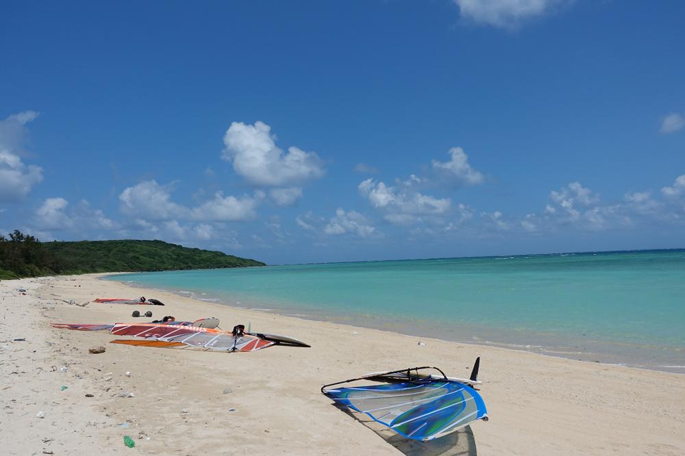 宮島島の高野海岸でウインドサーフィン