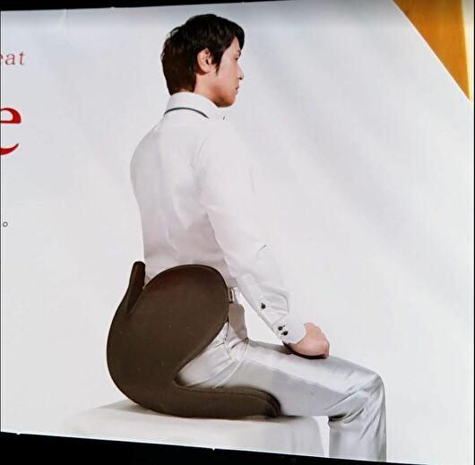 姿勢矯正椅子に座っている画像