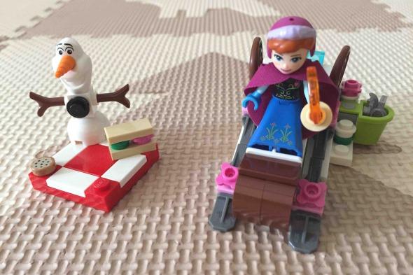 アナとソリとオラフ、小さな雪山