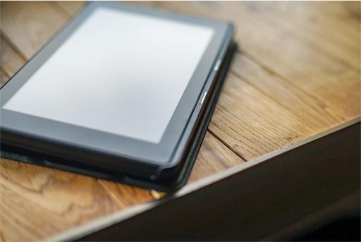 机の上で光を浴びるFire7タブレットの写真