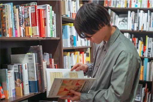文学部を卒業した25歳男性の写真