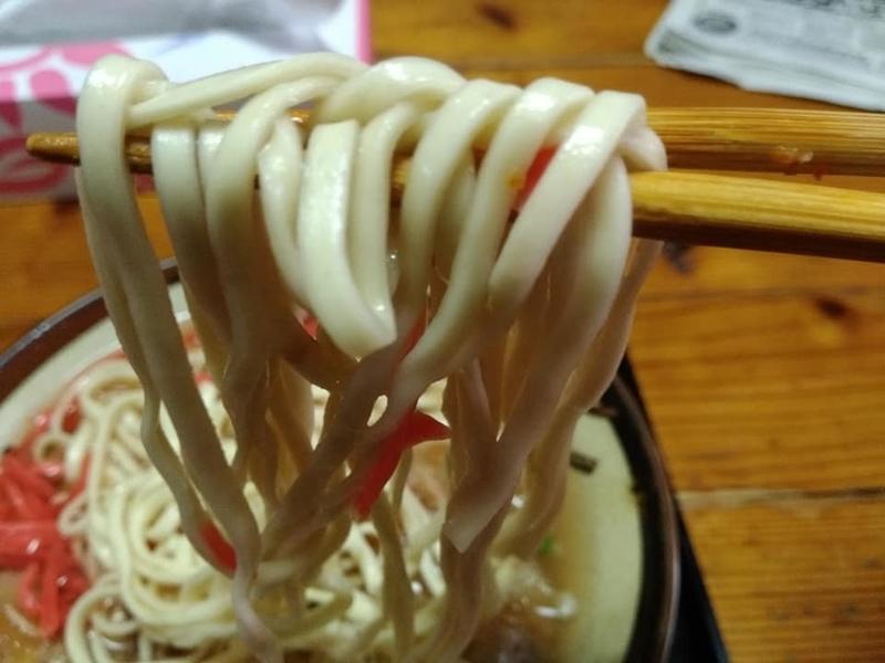 田舎 安謝店:ソーキそば実食 まずは麺から