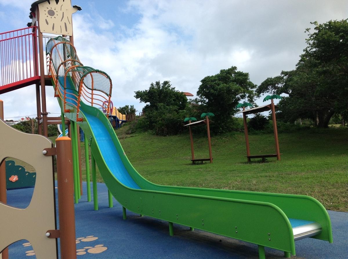 グスクロード公園:急角度のすべり台