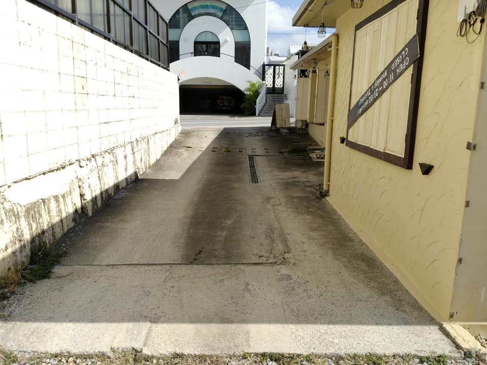 ごはん屋 de SU-SU-SOON:駐車場への道