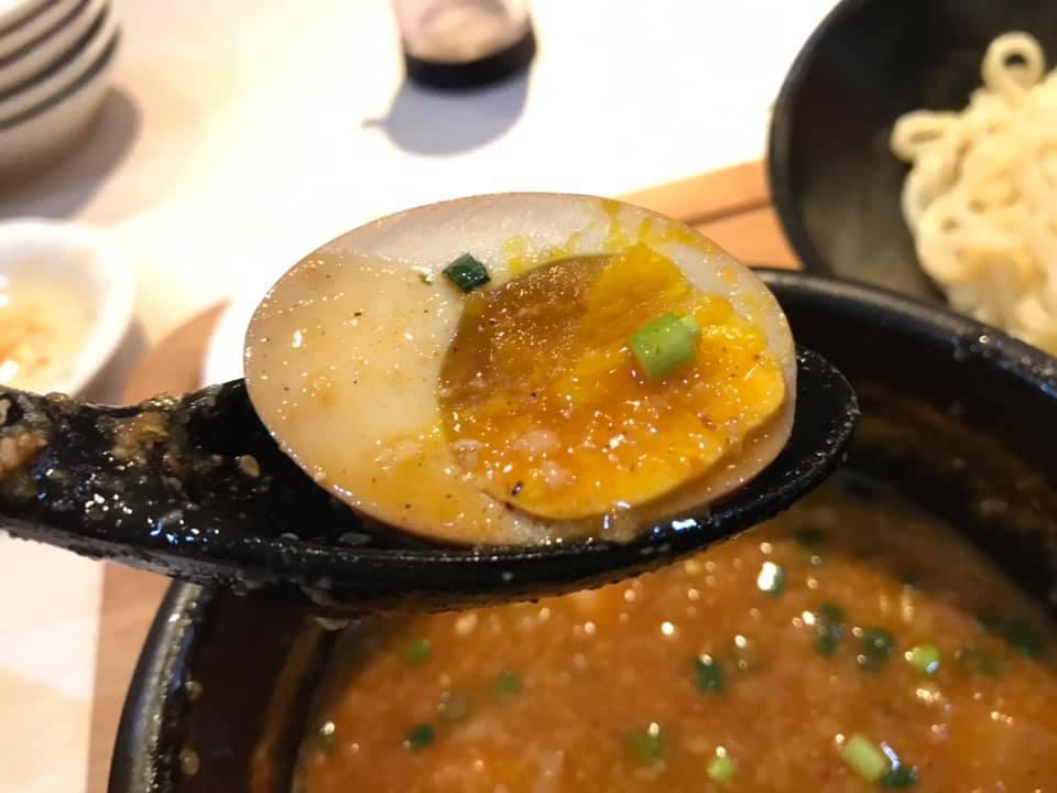 麺屋 武虎 与那原店:辛つけ麺の煮玉子