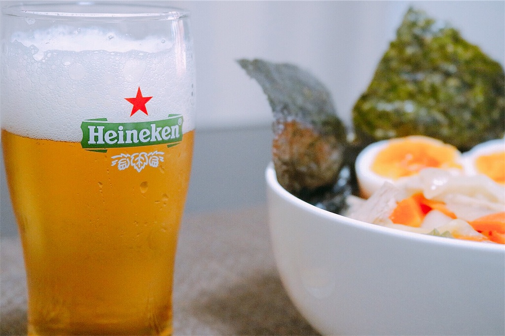 具付き味噌ラーメンとビールの美味しそうな写真