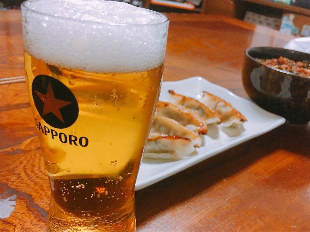 料理とビールの写真