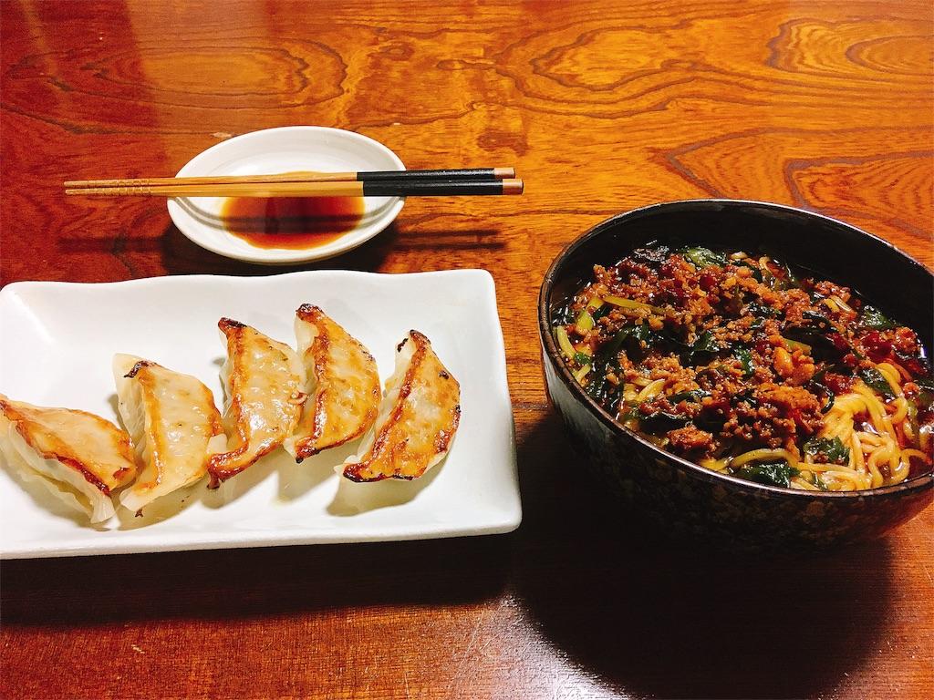 セブンイレブンの焼き餃子と台湾ラーメンの写真