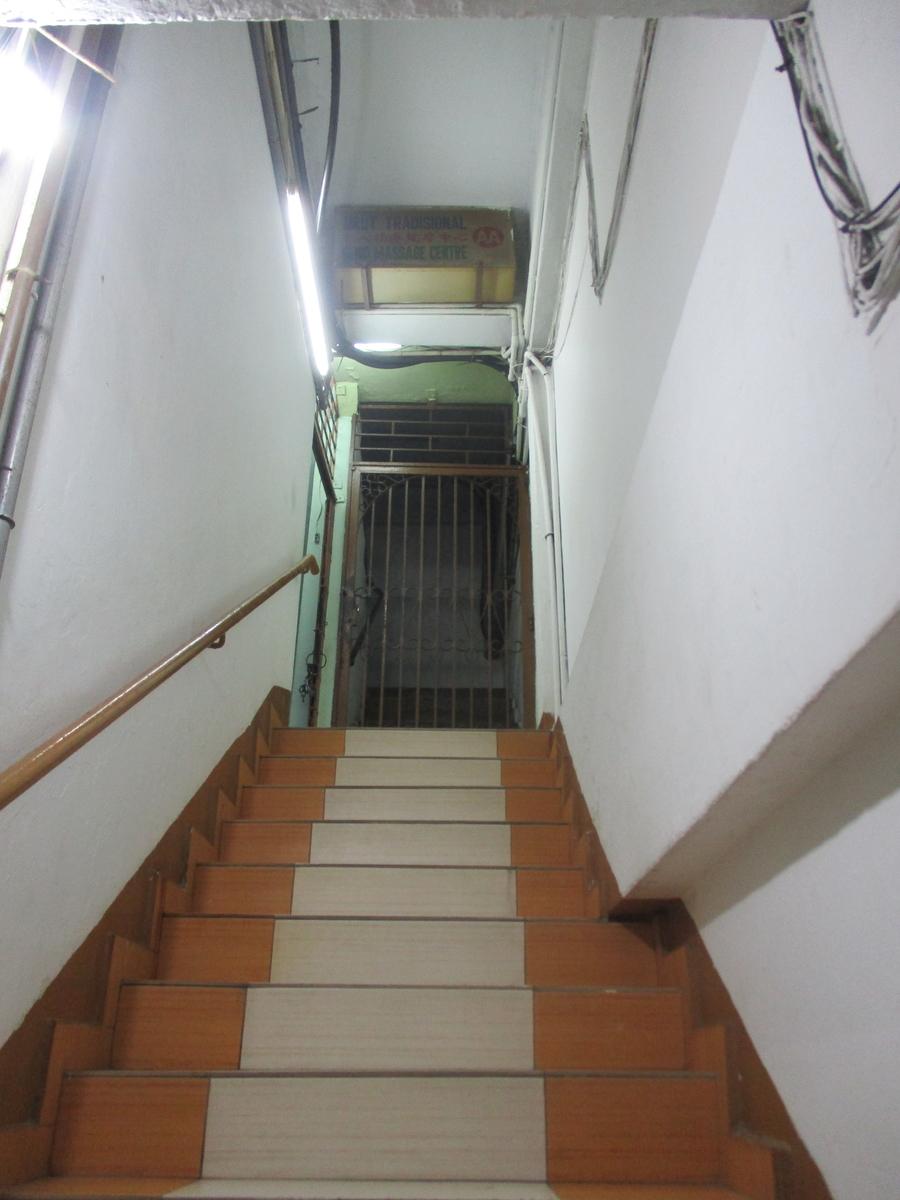 入り口から見えるのは階段のみ