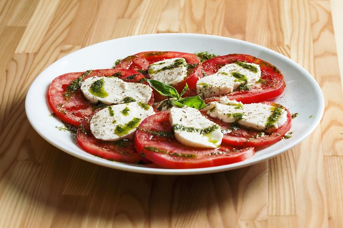 トマトとモッツァレラチーズのカプレーゼサラダ