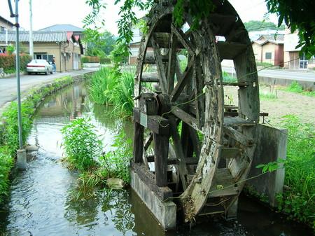 水車のある用水路