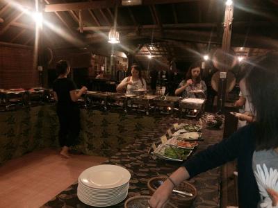 ビュッフェ式の夕食風景