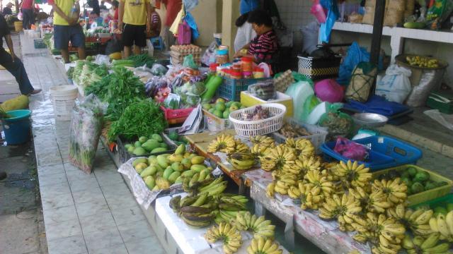マーケットに並ぶバナナも豊富