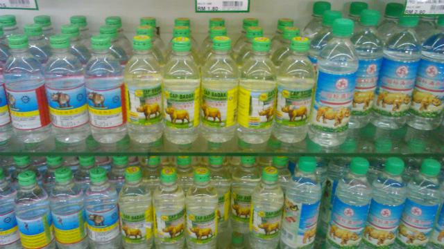 スーパーに並ぶサイの水