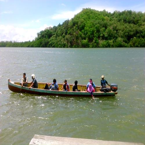 木造ボートでペニンバワン村へ