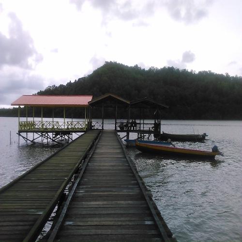 ペニンバワン村行のボート桟橋