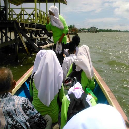 ペニンバワン村子供たちとボート