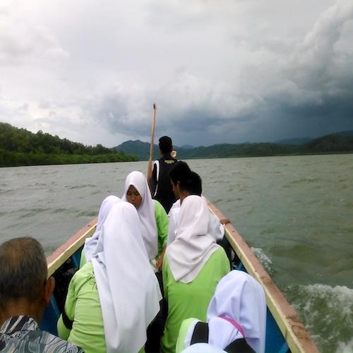 小さなボートでペニンバワン村へ