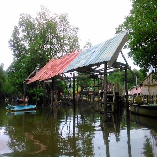 誰もいないペニンバワン村の水上集落