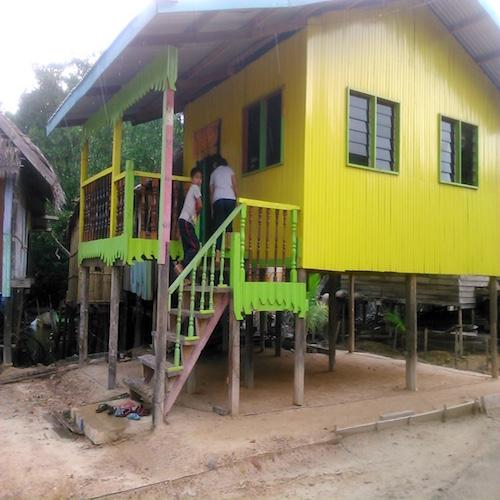 村の黄色い家
