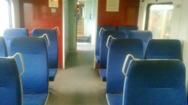 タンジュンアル駅発の列車の車内
