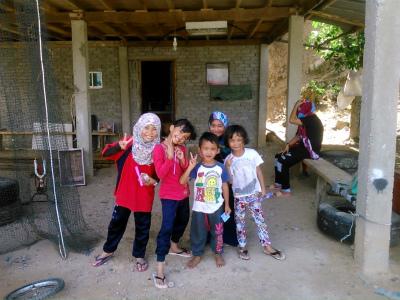 水上集落の元気な子供たち