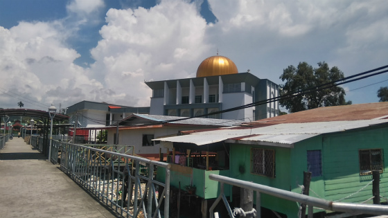 タンジュンアルの水上集落横にはモスク