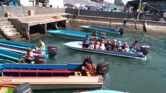 KKからガヤ島へ行くボート