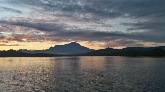キナバル山と朝焼け