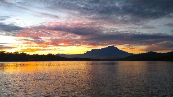 真っ赤に染まる朝焼けとキナバル山