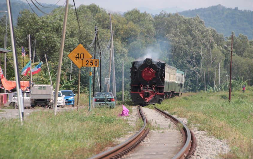 線路沿いから撮った北ボルネオ鉄道