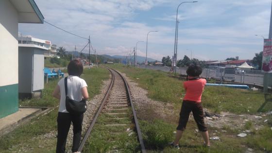 線路上で北ボルネオ鉄道を待つ女性