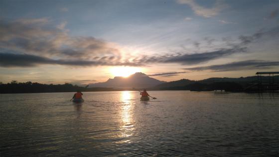 朝のキナバル山とカヤック