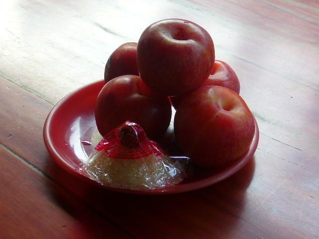 これもお供え物。りんごともち米。