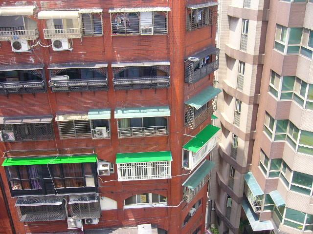 ホテルの部屋(9階)からの景色。ごちゃごちゃ。