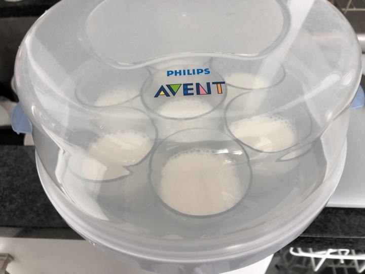 牛乳プリンを容器に入れて冷やす