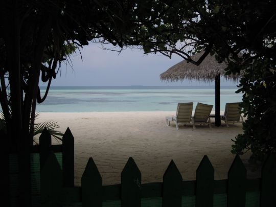 砂浜のベンチ写真