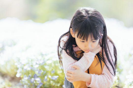 うつむく子供の写真