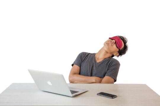 休憩する男性の写真