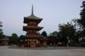 暮れ六の鐘が響く境内(左は聖徳太子堂、中央は三重塔、右は鐘楼)