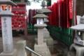 七代目市川團十郎(改め、七代目市川海老蔵)が奉納した石燈籠(右)