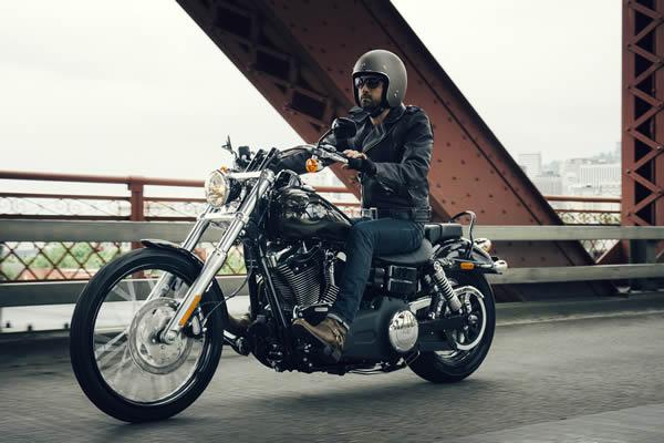 ジェットヘルメットでアメリカンバイクに乗る男性