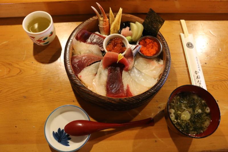 割烹かねなか「波の伊八丼」。肉厚の刺身がダイナミックな波のうねり