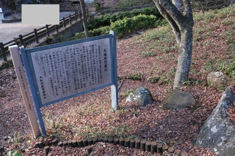 勝頼(享年37歳)はこの石に腰掛けて思案に暮れた末に景徳院に戻り自刃
