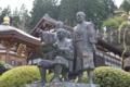 龍源寺境内にある打越光隆(着座)と住職(指差し)の銅像